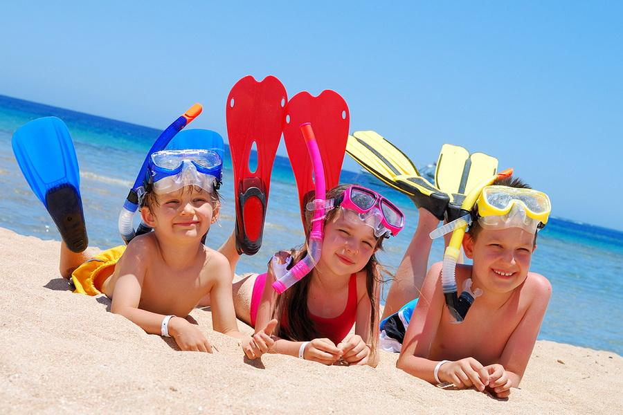 дети на отдыхе на море