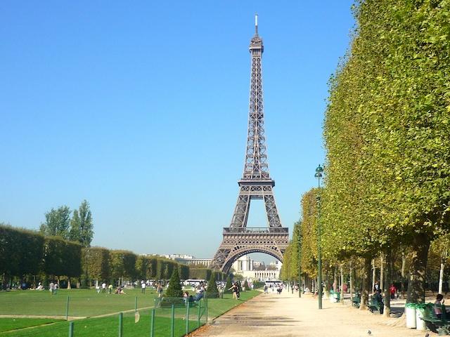 Вид из парка на Эйфелеву башню